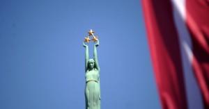 patriotisms-latvija-karogs-karogi-milda-brivibas-pieminieklis-44497666